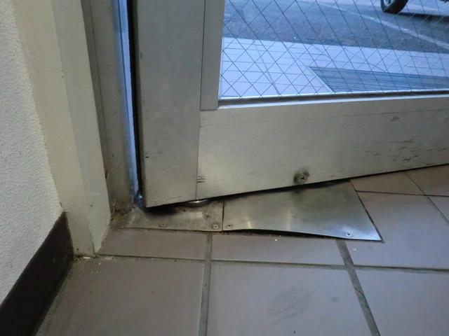 事務所入口ドアのフロアヒンジ修理、交換 施工事例 名古屋