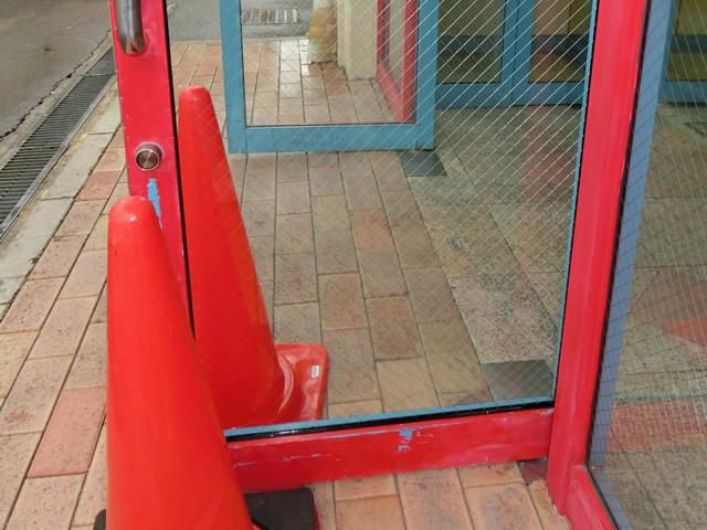 店舗入口ドアのガラス割替え工事 施工例 名古屋
