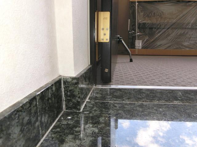 玄関ドアへの網戸取付工事 YKK中折網戸 施工例 名古屋