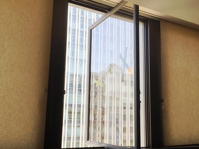 ガラス修理、交換 ビルのタテ軸回転窓 名古屋市中区