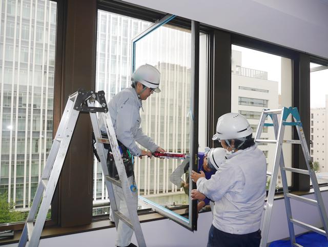 ガラス修理、交換 ビル用タテ軸回転窓 名古屋市中区