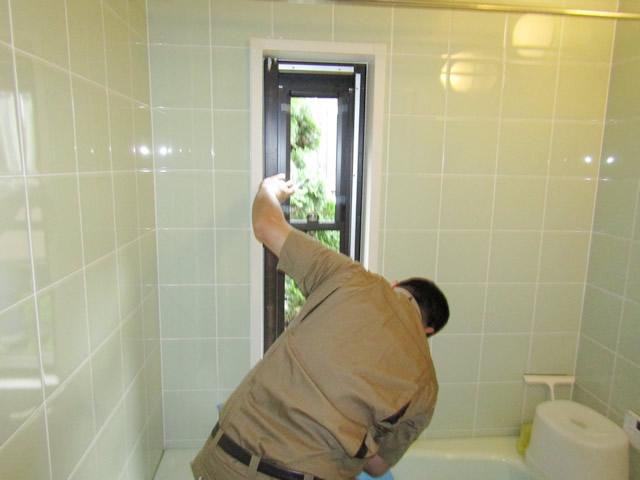 名古屋市緑区 浴室窓<カバー工法>ガラスルーバー→上げ下げ窓 取替工事 施工中