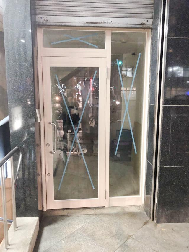 名古屋市中区ビル店舗 ガラス取替え、ダイノックシート貼付け工事 施工中