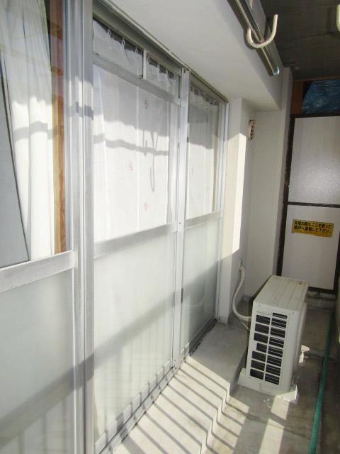 名古屋市守山区 市営住宅 ベランダ掃出し引違い窓 網戸取付工事 可動式・レール取付有り 施工前