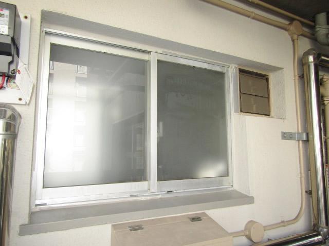 名古屋市守山区 市営住宅 キッチン腰高窓 網戸取付工事 固定式 施工前