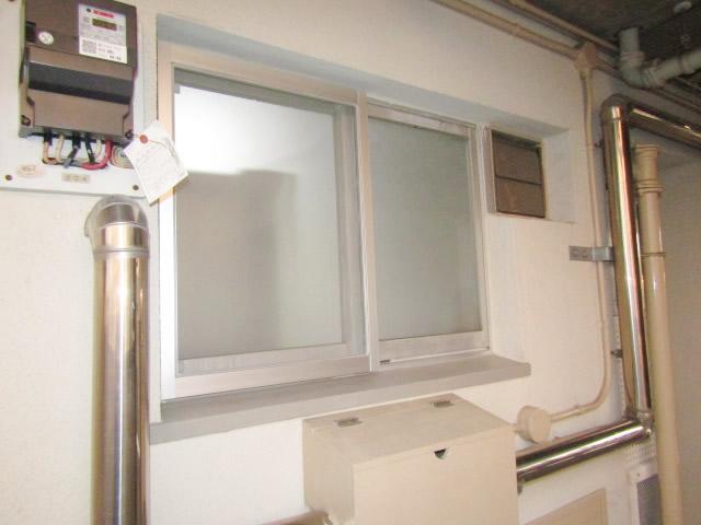名古屋市守山区 市営住宅 キッチン腰高窓 網戸取付工事 固定式 施工後