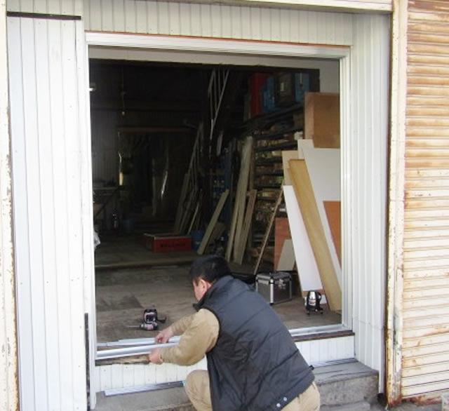 名古屋市守山区 事務所裏口引戸 内付型 2枚建 シルバー 取替工事 施工中