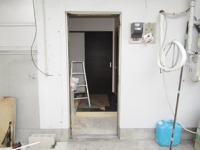 名古屋市北区 事務所 アルミドア取替 ロンカラーフラッシュドア 施工中