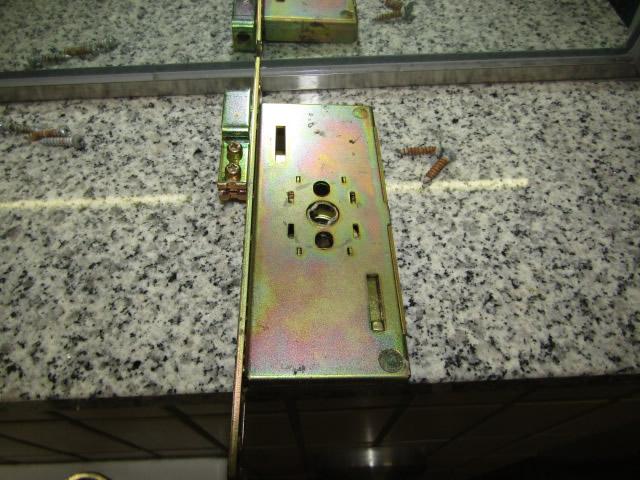 名古屋市中区 某施設トイレ ハンガー扉 錠交換 施工中