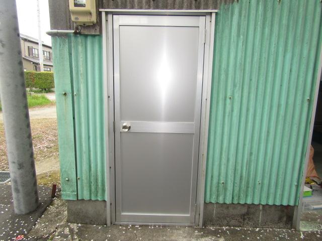 津島市 車庫  リクシル ロンカラーガラスドア 上下パネル框ドア 施工後