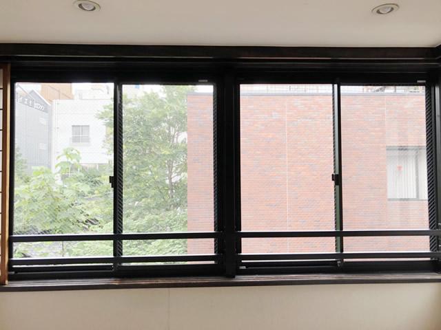 名古屋市西区 開き窓→引違い窓へ取替 手摺り取付 施工中