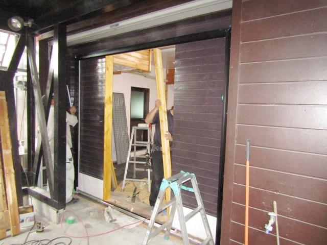 名古屋市港区 事務所出入口 開き戸→引戸へ取り替え 施工中