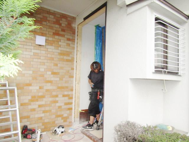 名古屋市緑区 リクシル リシェント玄関ドア 親子ランマ付 M17型 取替工事 施工中