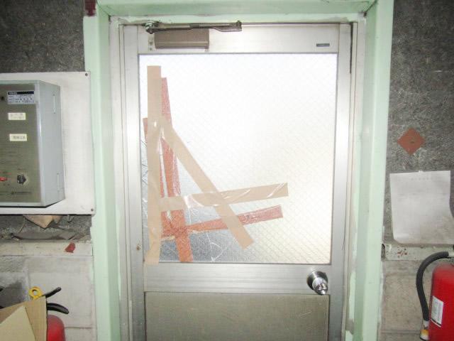 名古屋市港区 片開きドア 網入り型ガラス6.8mm  硝子割れ替え工事 施工前