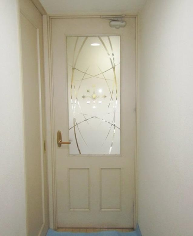 名古屋市名東区 木製扉ガラス、ドアクローザー、丁番取替え ポリカエース ガラススリアマット