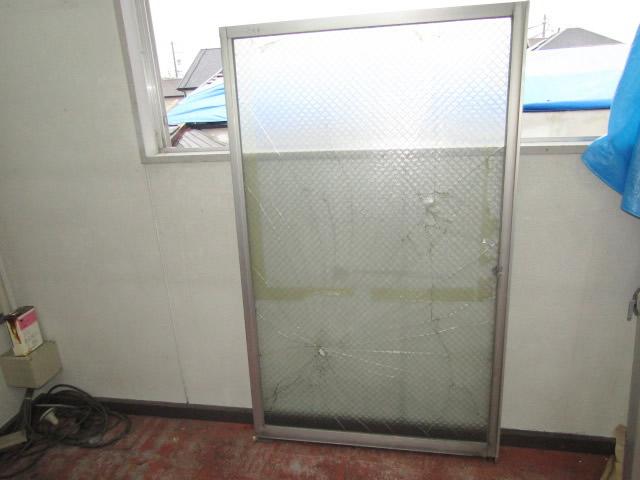 名古屋市港区 ガラス割れ替え工事 網入り型ガラス6.8 施工前