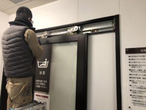 名古屋市瑞穂区引き戸クローザー修理・交換中です!