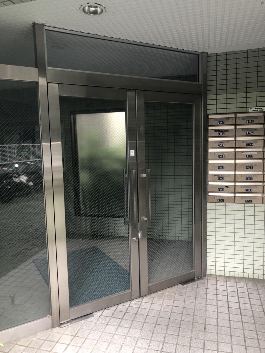 名古屋市東区マンション玄関ドア フロアヒンジの本体とステンレス製のドア本体の取替えを行いました!