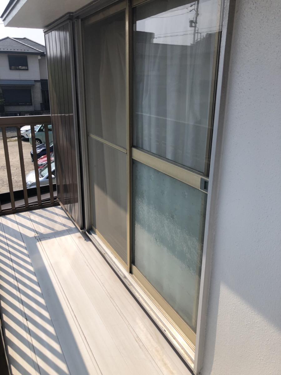 雨戸施工前 名古屋市緑区、雨戸取替え工事。約30年前のスチール製の雨戸をLIXIL製の取替用雨戸パネルにて取替えさせていただきました!