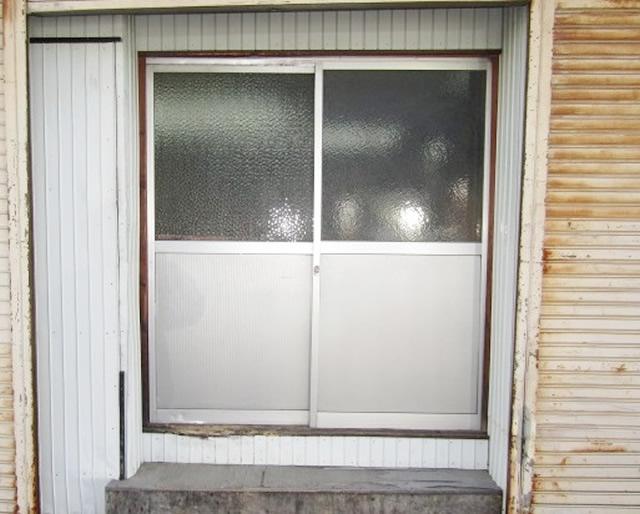 名古屋市守山区 事務所裏口引戸 内付型 2枚建 シルバー 取替工事 施工前