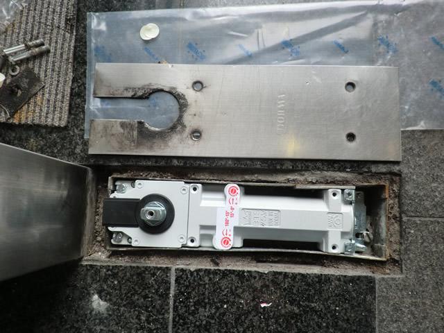 両開き框ドアのフロアヒンジ修理、交換 名古屋市