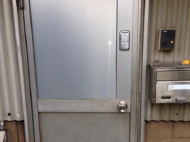 倉庫の防犯対策 ドアに電子錠取付工事 春日井市