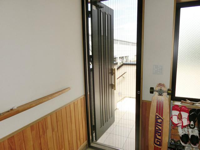 玄関ドアにプリーツ網戸 LIXILしまえるんですα<2> 名古屋市港区